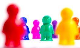 Menge von bunten Spielzeugleuten Lizenzfreies Stockfoto