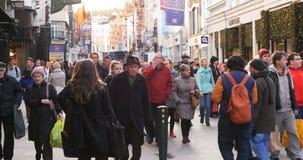 Menge von den anonymen Leuten, die auf beschäftigte Dublin-Straße gehen stock video