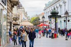 Menge von den anonymen Leuten, die auf die Einkaufsstraße gehen Lizenzfreies Stockfoto