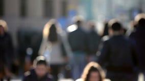 Menge von den anonymen Leuten, die auf verkehrsreiche Straße gehen stock video