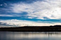 Menge von den Gänsen, die über winterlichen gefrorenen See fliegen lizenzfreie stockbilder