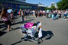Menge von den jungen Leuten, die auf der StraßenFlohmarkt am sonnigen Morgen kaufen Lizenzfreie Stockfotografie