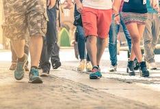 Menge von den Leuten, die auf die Straße - Detail von Beinen und von Schuhen gehen Stockfoto