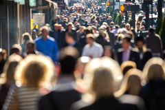Menge von den Leuten, die auf Stadtstraße gehen Stockfoto