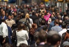 Menge von den Leuten, die auf Straßenbürgersteig gehen Lizenzfreies Stockfoto