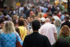 Menge von den Leuten, die auf Straßenbürgersteig gehen Lizenzfreie Stockfotos