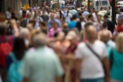 Menge von den Leuten, die auf Straßenbürgersteig gehen Stockfotografie