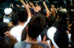 Menge von den Leuten, die eine Band während eines Musikfestivals genießen stockbild