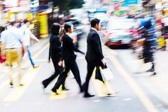 Menge von den Leuten, die eine Straße in Hong Kong kreuzen Lizenzfreies Stockfoto