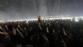 Menge von den Leuten, die Handys mit Lichtern an einem Konzert halten stock video