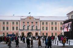 Menge von den Leuten, die 100 Jahre Estland-Unabhängigkeit an Toompea-Schloss feiern Lizenzfreies Stockbild