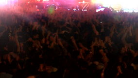 Menge von den Leuten, die am Konzert tanzen stock video