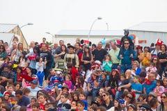 Menge von den Leuten, die Purim-performace aufpassen Stockfoto