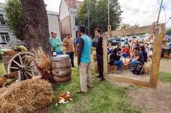 Menge von den Leuten, die Spaß auf einem Stadtpicknick, entspannend mit Wein während des Straßenfests haben stockfotografie