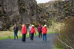 Menge von den Touristen, die Thingvellir, Island besichtigen stockfoto