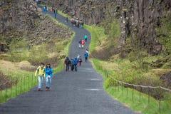Menge von den Touristen, die Thingvellir, Island besichtigen lizenzfreie stockfotografie