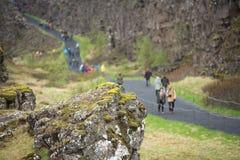 Menge von den Touristen, die Thingvellir, Island besichtigen lizenzfreies stockfoto