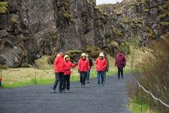 Menge von den Touristen, die Thingvellir, Island besichtigen stockfotos