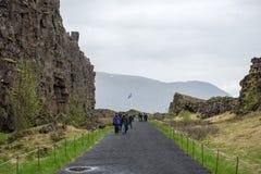 Menge von den Touristen, die Thingvellir, Island besichtigen lizenzfreie stockfotos