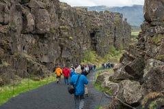 Menge von den Touristen, die Thingvellir, Island besichtigen lizenzfreie stockbilder
