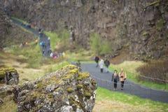 Menge von den Touristen, die Thingvellir, Island besichtigen stockbild