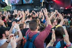Menge von den zujubelnden Leuten, die ein Livekonzert genießen Lizenzfreies Stockfoto