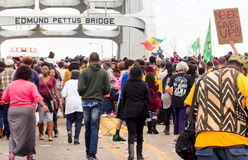 Menge von größtenteils afro-amerikanischen Leuten marschieren friedlich über Edmund Pettus Bridge Stockfotografie