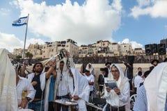 Menge von jüdischen Anbetern im weißen Tragen Stockfoto