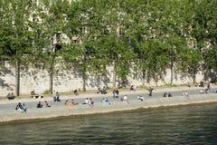 Menge von Leuten auf den Banken von Fluss die Seine Lizenzfreie Stockfotografie