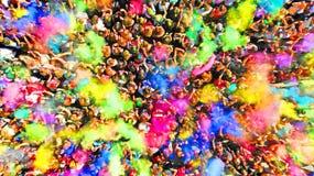 Menge von Leuten auf einem Holi-Farbfestival aerial Spritzen der Farbe in einer Menge der Leuteansicht oben lizenzfreie stockbilder