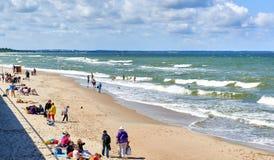 Menge von Leuten auf einem Strand von Zelenograd Lizenzfreie Stockfotografie
