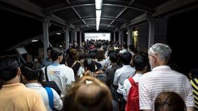 Menge von Leuten in der Hauptverkehrszeit an Bahnstation BTS Mo Chit Stockfotos