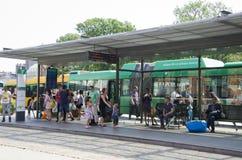 Menge von Leuten an einer Bushaltestelle Lizenzfreie Stockfotografie