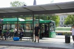 Menge von Leuten an einer Bushaltestelle Stockfoto