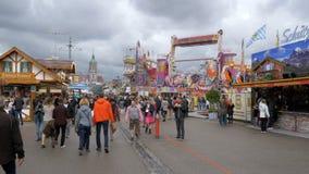 Menge von Leuten gehen entlang die zentrale Straße des Oktoberfest-Festivals Bayern, Deutschland stock video