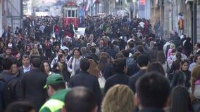 Menge von Leuten gehendes /Istanbul/Taksim im April 2014 stock video