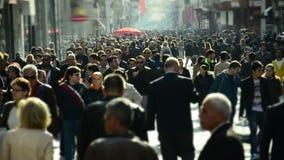 Menge von Leuten gehendes /Istanbul/Taksim im April 2014 stock footage