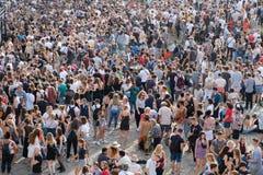 Menge von Leuten im Park Mauerpark an Lizenzfreie Stockfotografie