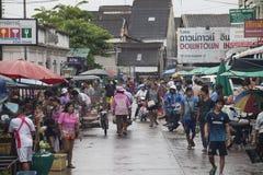 Menge von Leuten kaufen am FrischLebensmittelmarkt am frühen Morgen Lizenzfreies Stockbild