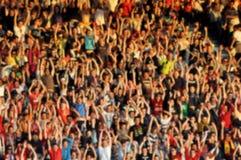 Menge von Leuten mit dem Anheben von Händen Lizenzfreie Stockfotografie