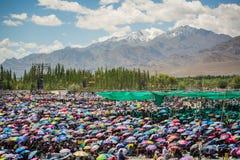 Menge von Leuten, seine an Heiligkeit teilnehmend die Dalai Lamas 33. Kalachakra-Ermächtigung in Leh, Ladakh Lizenzfreie Stockfotografie