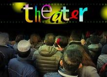 Menge von Leuten vom hinteren Blick auf buntes ` Theater ` Wort Seitenansicht des weißen Laptops mit binärem Code Stockbild