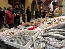 Menge von Leuten vor einem Stand von frischen Fischen am Markt im Freien Stockbild