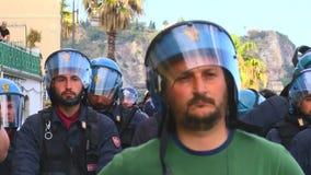 Menge von Polizeiagenten während der Äusserung auf G7 im taormina Sizilien stock footage