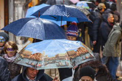 Menge von Regenschirmen in Venedig Stockbild