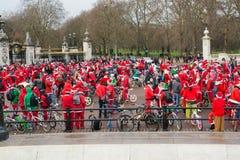 Menge von Sankt-Radfahrern durch Buckingham Palace London Lizenzfreies Stockbild
