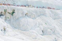 Menge von Touristen auf dem Berg Pamukkale Lizenzfreie Stockfotos