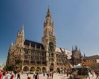 Menge von Touristen gehen nahe neuen Rathaus am nördlichen Teil von Marienplatz Lizenzfreie Stockbilder