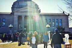 Menge vor Bibliothek Stockfotos