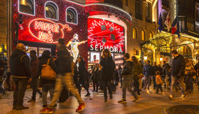 Menge vor Sephora Shop auf Champs-Elysees in Paris lizenzfreie stockfotos